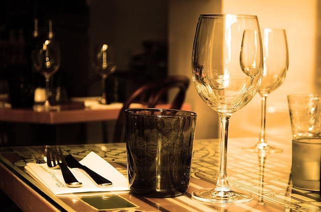 připravený stůl v restauraci