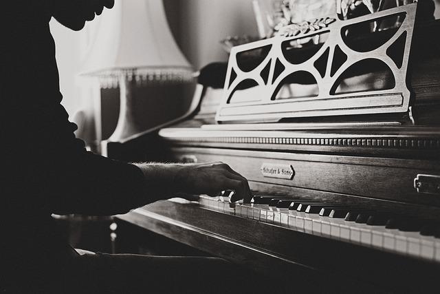 muž u piana