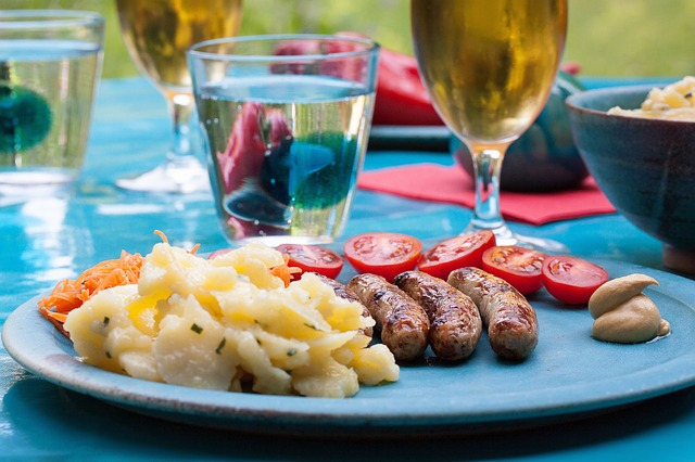 servírované jídlo na garden party