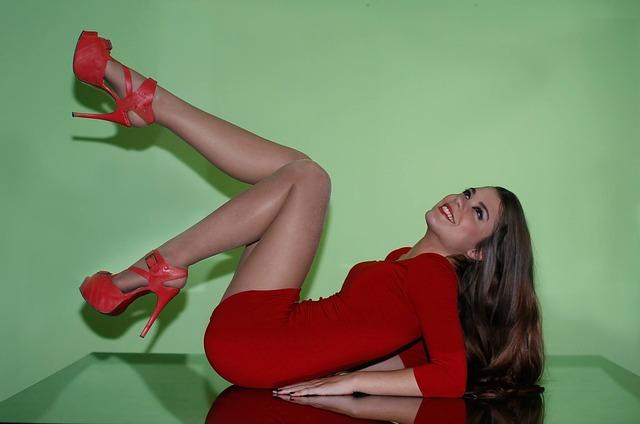 dívka v červených šatech
