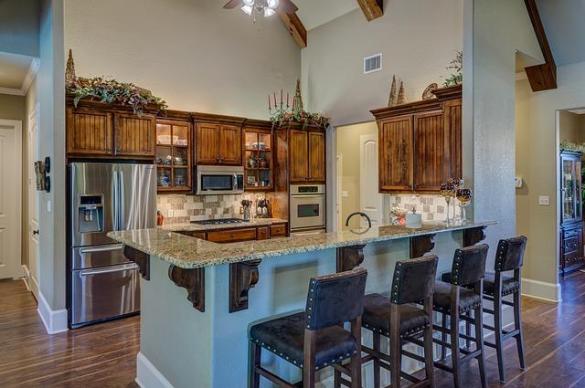 dřevěná kuchyně, židle, jídelní posezení