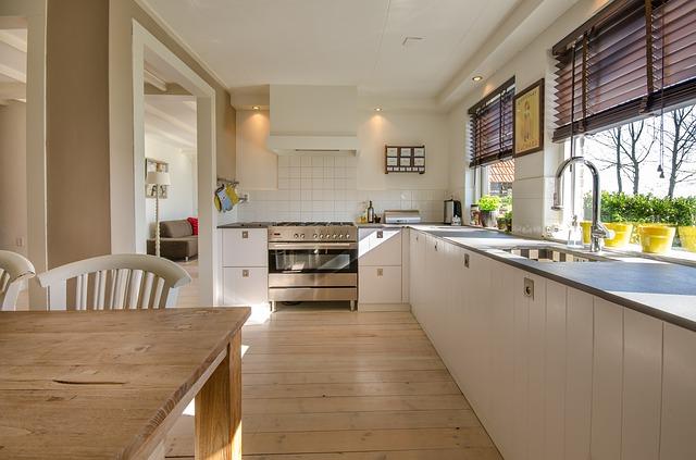 dlouhá bílá rohová kuchyně