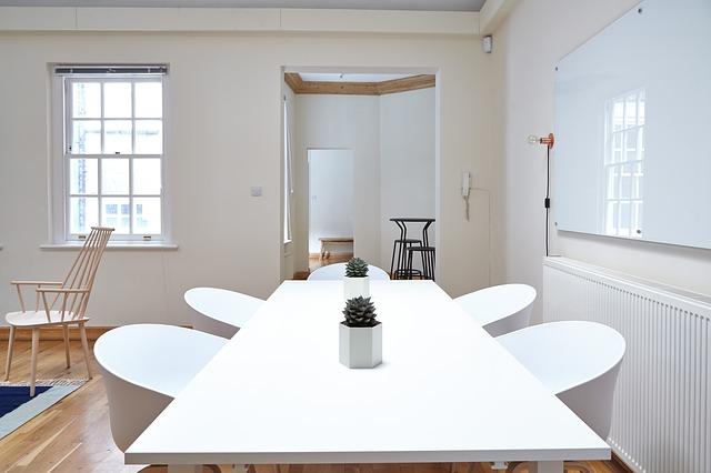 jídelna, bílý stůl, židle, kaktusy