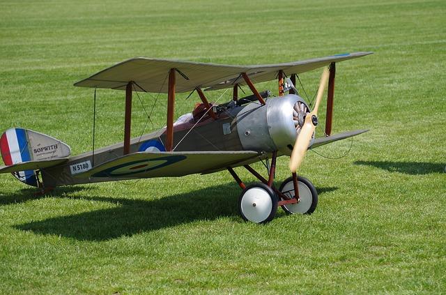 letadlo na trávě