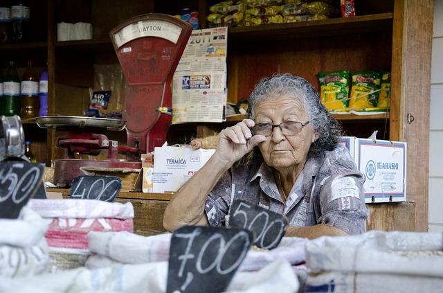 starší prodávající žena.jpg