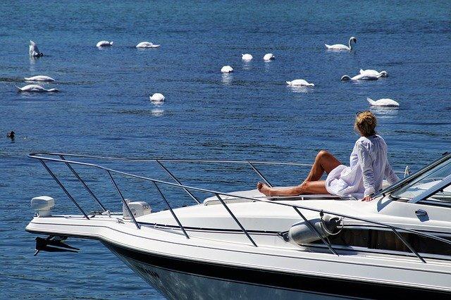 žena na jachtě