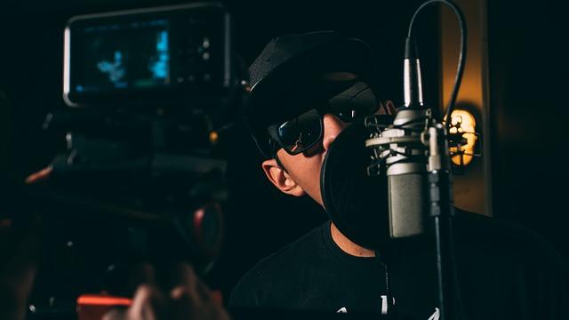 zpěvák u mikrofonu