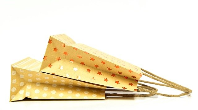 dvě papírové nákupní tašky