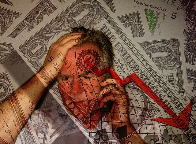 člověk v krizi s penězi