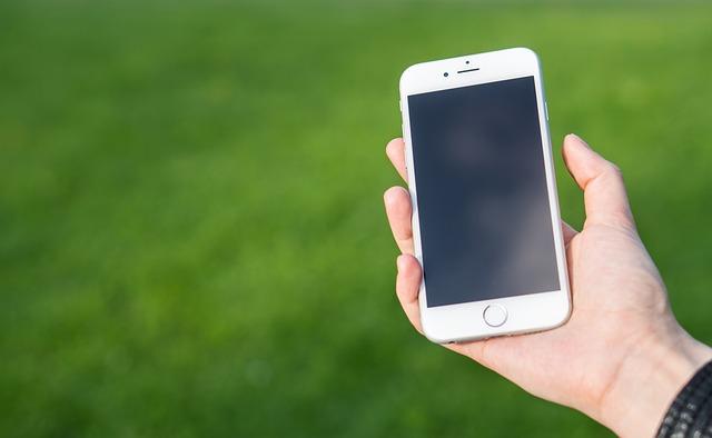 chytrý telefon v dlani