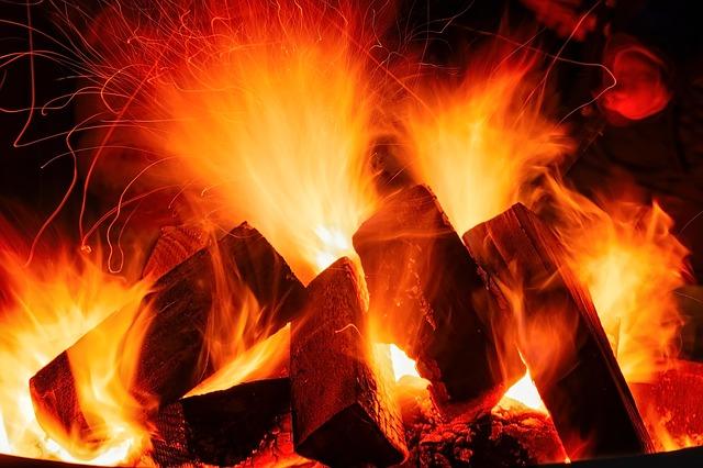 hořící paleta v ohni