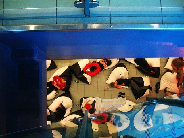 sedací vaky v nádražní hale.jpg