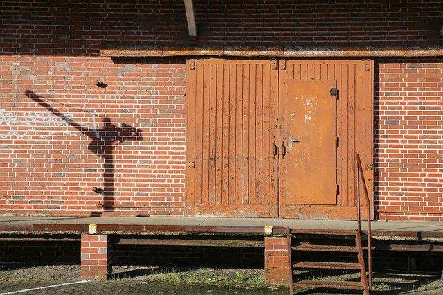 stará vrata s dveřmi