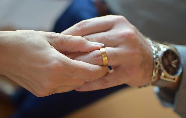 nasazování snubního prstýnku