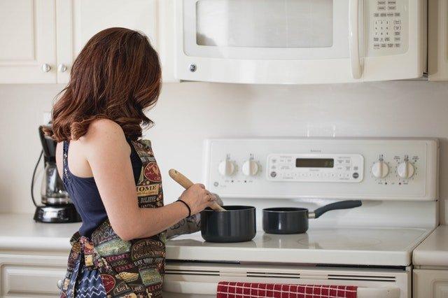 žena v kuchyni, sporák