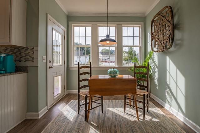 pokoj, židle a stůl