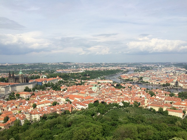 pohled na Prahu z Petřína.jpg