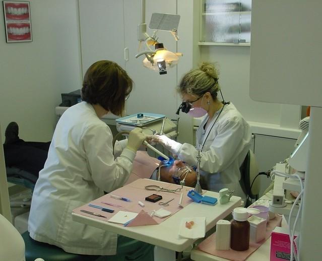 zubní specialisté ošetřují muže